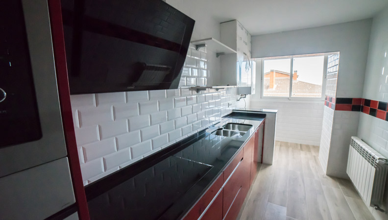 reforma cocina con acabados blancos y rojos
